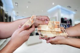 Sete em cada dez brasileiros não conseguiram guardar dinheiro em agosto, aponta indicador do SPC Brasil e CNDL
